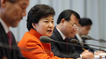 President Park Holds First Meeting with Senior Secretaries